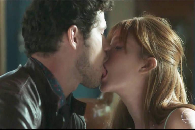 Luz (Marina Ruy Barbosa) e Junior (José Loreto) se beijam na trama