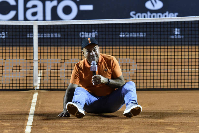 Larri Passos senta na quadra e discursa durante a homenagem que recebeu no Rio Open