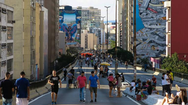Pessoas se divertem no elevado Presidente João Goulart em um dia de sol; via, que é usada para lazer à noite e nos fins de semana, se tornará parque linear