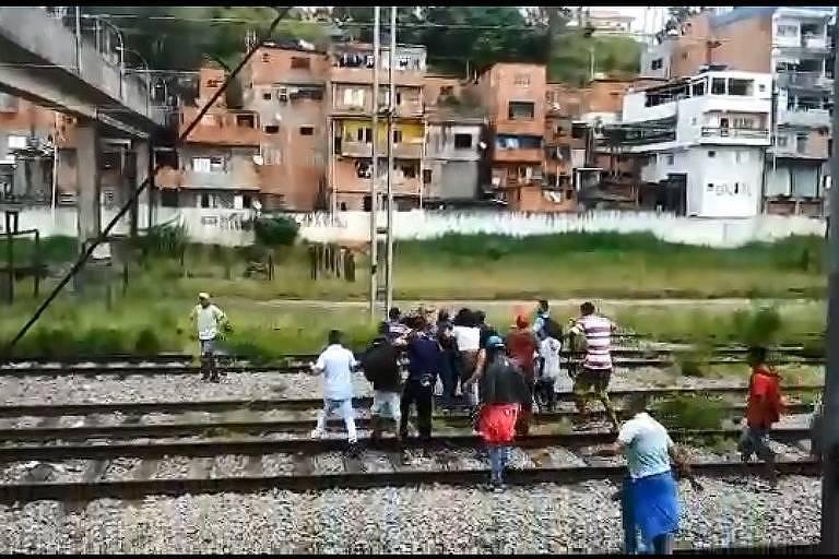 Grupo de ambulantes agride segurança em linha 8-diamante da CPTM