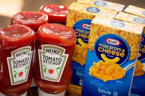 CHICAGO, IL - MARCH 25: In this photo illustration, Kraft and Heinz products are shown on March 25, 2015 in Chicago, Illinois. Kraft Foods Group Inc. said it will merge with H.J. Heinz Co. to form the third largest food and beverage company in North America with revenue of about $28 billion.   Scott Olson/Getty Images/AFP == FOR NEWSPAPERS, INTERNET, TELCOS & TELEVISION USE ONLY ==