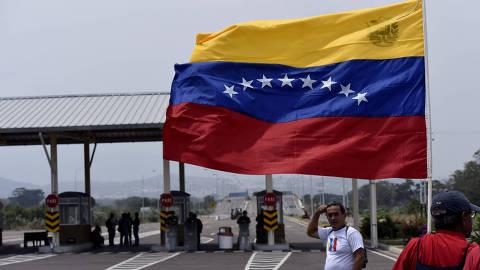 (190220) -- TACHIRA, febrero 20, 2019 (Xinhua) -- Personas participan en una manifestación frente al acceso al Puente Las Tienditas, en San Antonio de Táchira, Venezuela, el 20 de febrero de 2019. El vicepresidente de movilización del gobernante Partido Socialista Unido de Venezuela, Darío Vivas, anunció el miércoles que el concierto convocado por las fuerzas del gobierno nacional, se realizará en el Puente Las Tienditas, en la frontera colombo-venezolana los días 22, 23 y 24 de febrero. El referido puente internacional es una conexión vehicular y peatonal que busca conectar Táchira, Venezuela, con Norte de Santander, Colombia, que no ha estado abierto para el intercambio entre ambos países. (Xinhua/Marcos Salgado) (ms) (da) (vf)