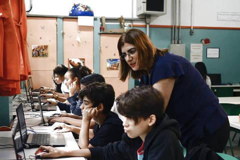 SAO PAULO,SP -  21/2/2019 - Débora Garofalo, professora de tecnologias da EMEF Ary Parreiras, em São Paulo, está entre os 10 melhores professores do mundo e vai concorrer ao Global Teacher Prize, considerado o