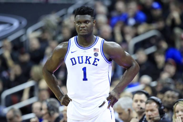 Zion Williamson, de Duke, em partida contra os Louisville Cardinals pelo basquete universitário dos EUA