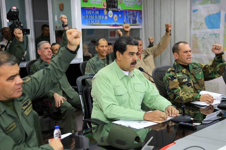 O ditador Nicolas Maduro (C) participa de uma reunião com o alto comando das Forças Armadas Nacionais em Caracas