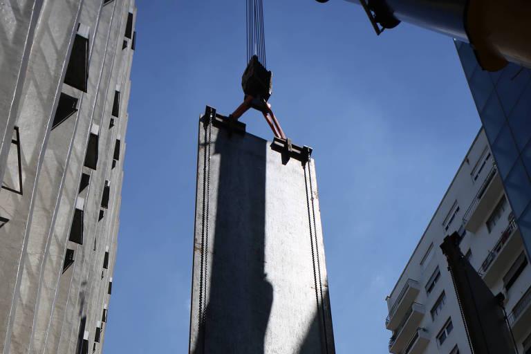 """Peça de aço que compõe a escultura """"Echo"""", de Richard Serra, é levantada para sua instalação no Instituto Moreira Salles, em São Paulo"""