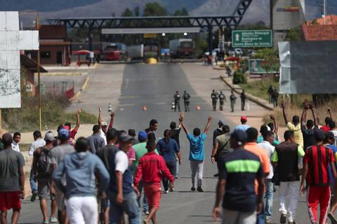 Militares da Venezuela abrem fogo contra opositores e matam 2 perto da fronteira com o Brasil
