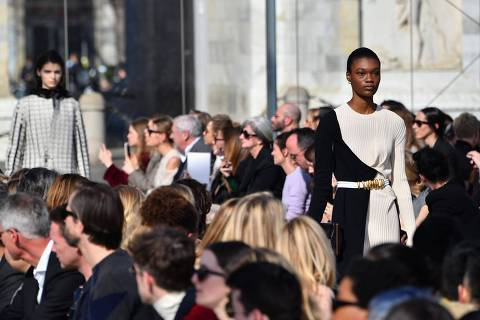 Models present creations during the Bottega Veneta women's Fall/Winter 2019/2020 collection fashion show, on February 22, 2019 in Milan. (Photo by Andreas SOLARO / AFP)