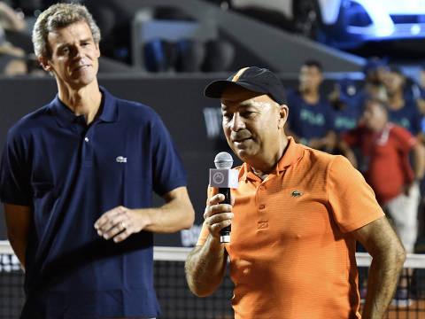 Observado por Thiago Monteiro e Guga, Larri Passos discursa durante a homenagem que recebeu no Rio Open