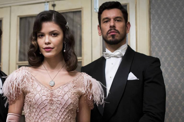 Cris/Julia (Vitória Strada) aceita se casar com Gustavo (João Vicente de Castro)