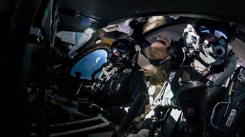 Beth Moses, David Mackay e Mike Masucci a bordo da VSS Unity durante o voo. (Crédito: Virgin Galactic)