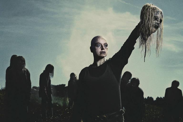 Alpha (Samantha Morton) é a líder dos Sussuradores, o novo grupo de vilões