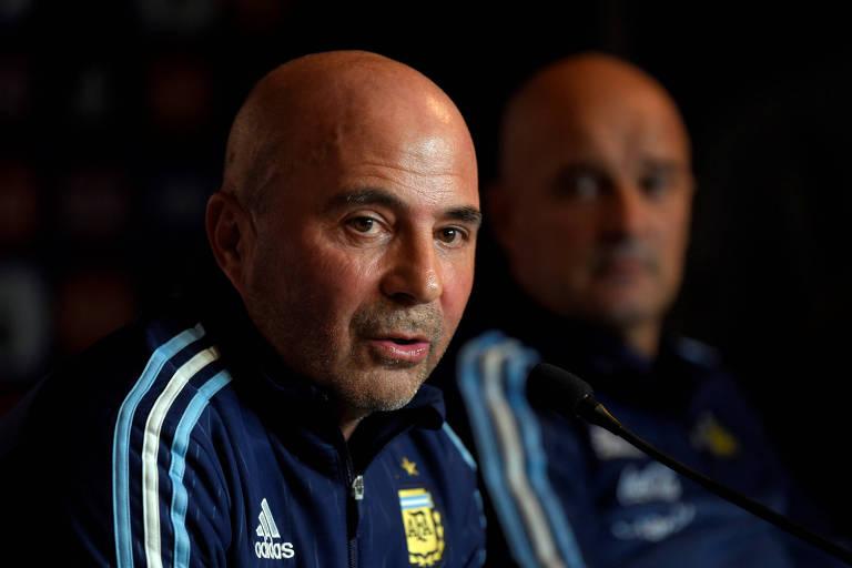 Sampaoli, com Desio ao fundo, concede entrevista pela seleção argentina. Técnico fracassou no comando da equipe na última Copa do Mundo