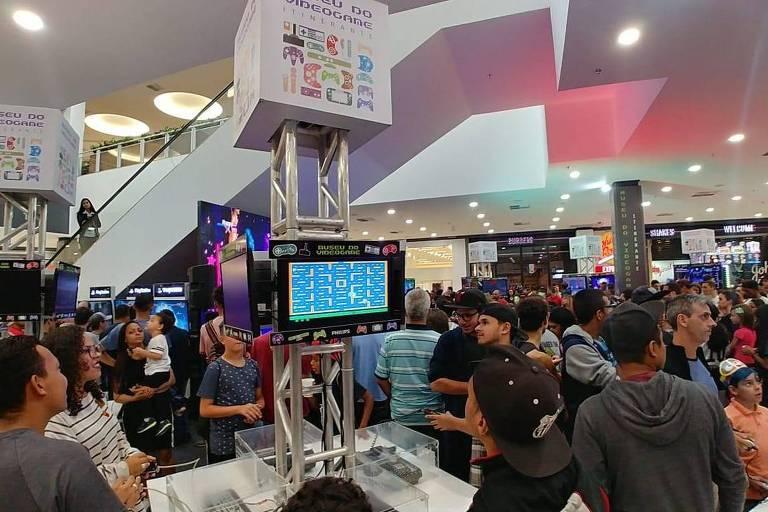Público joga games novos e antigos no Museu do Videogame Itinerante