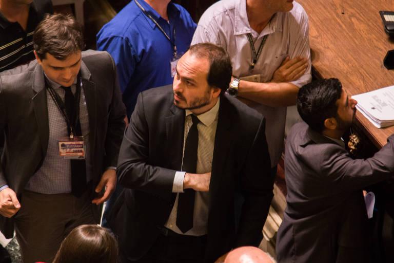 O vereador Carlos Bolsonaro (PSC-RJ), filho do presidente Jair Bolsonaro, em sua primeira sessão após volta à Câmara do Rio de Janeiro