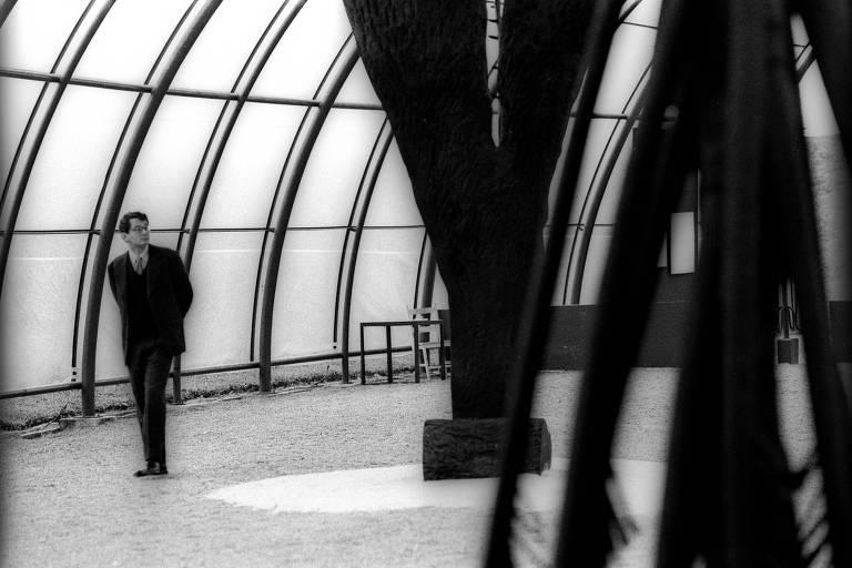 Otavio Frias Filho, em 1995, durante visita a exposição do artista Frans Krajcberg no Jardim Botânico de Curitiba