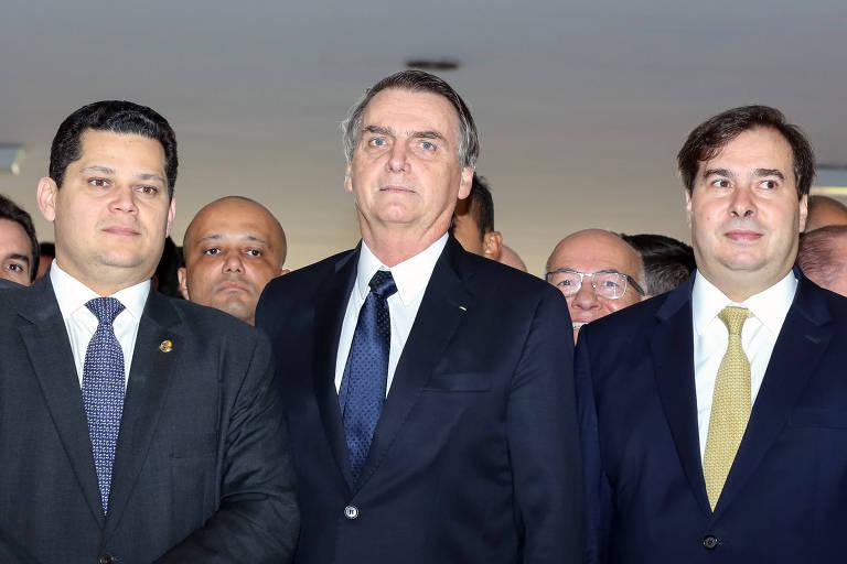 O presidente Jair Bolsonaro (PSL), entre os presidentes do Senado, Davi Alcolumbre (DEM-AP), e Rodrigo Maia (DEM-RJ)