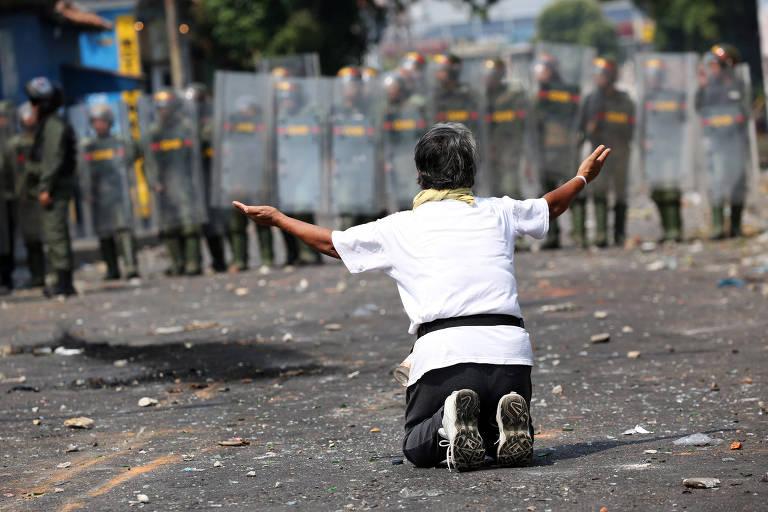 Um manifestante protesta em frente a forças de segurança em Urena, na Venezuela