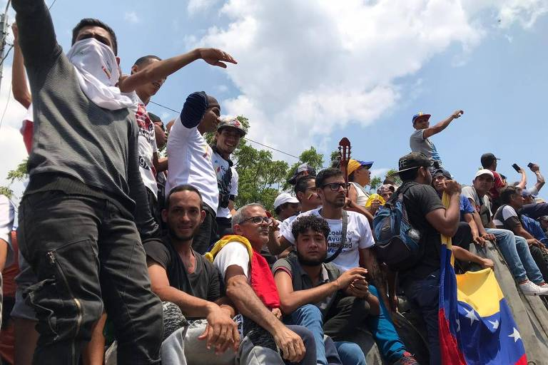 Manifestantes acompanham caminhões até a ponte Simón Bolívar, na fronteira entre Venezuela e Colômbia