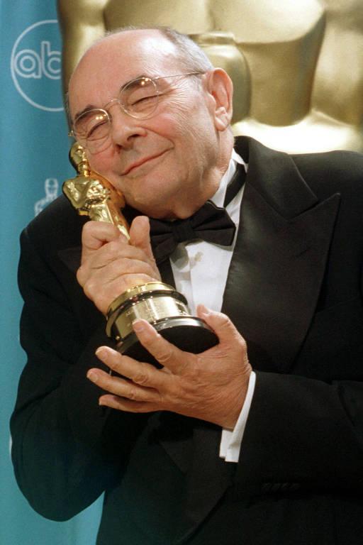 Stanley Donen depois de receber seu prêmio honorário na 70ª edição do Oscar