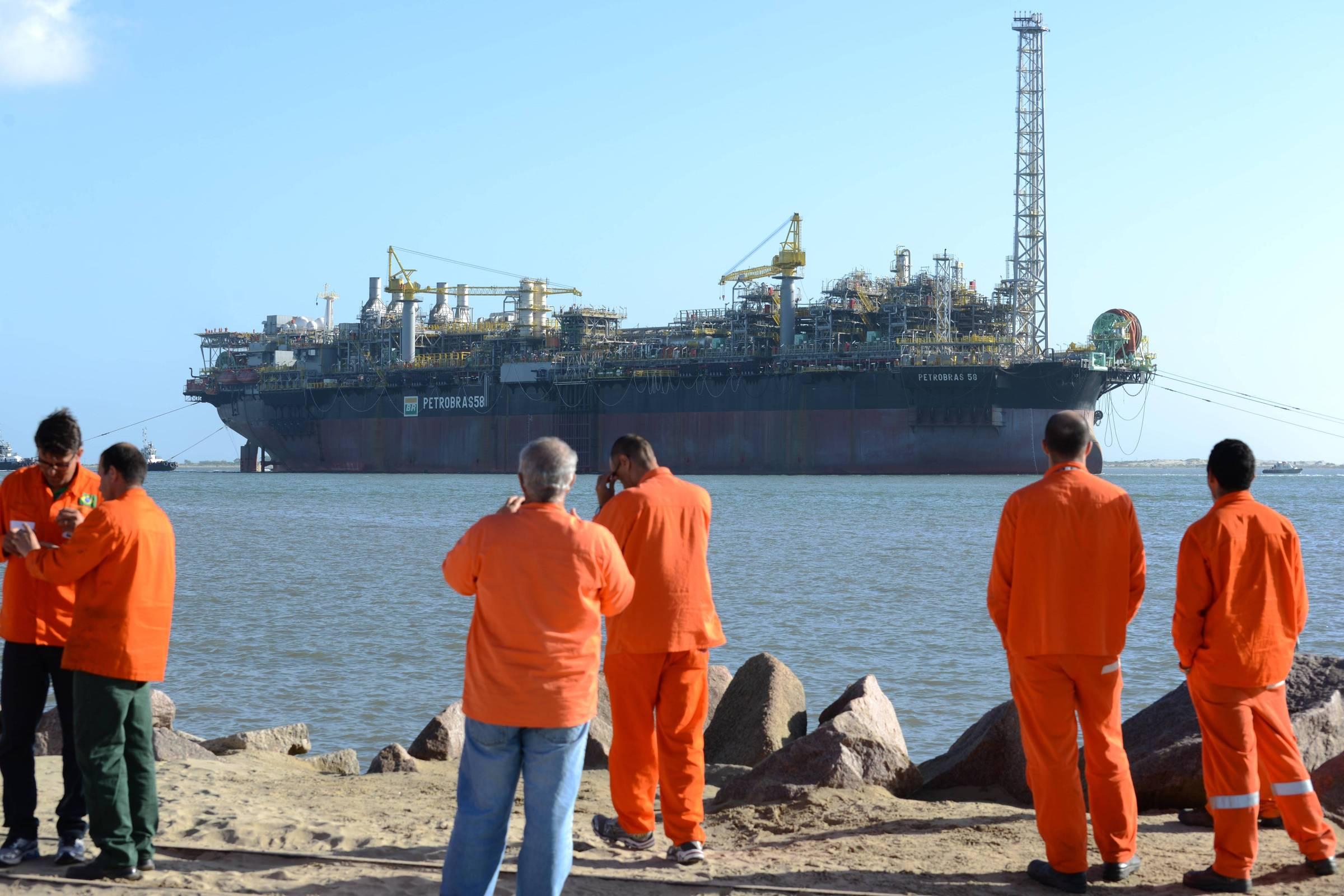 Óleo vaza de plataforma da Petrobras na bacia de Campos