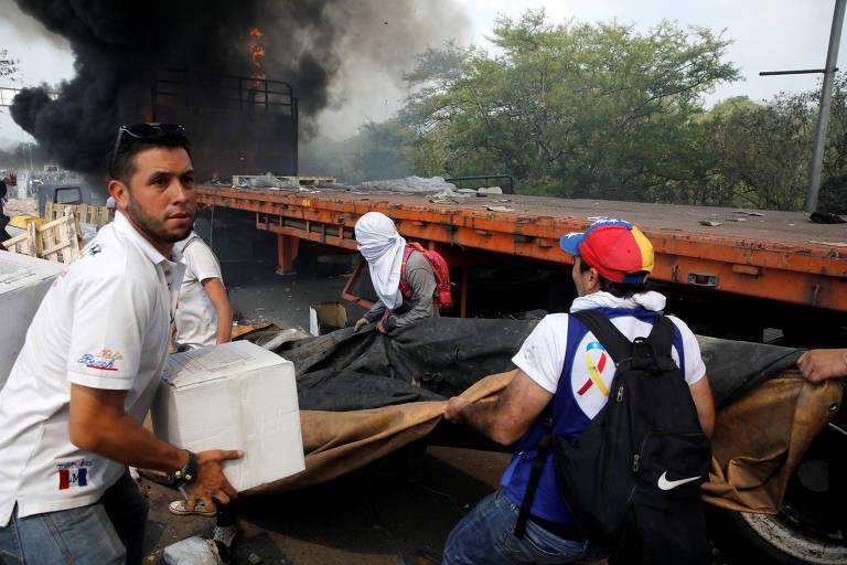 Veículos pegaram fogo após confrontos entre opositores e militares venezuelanos
