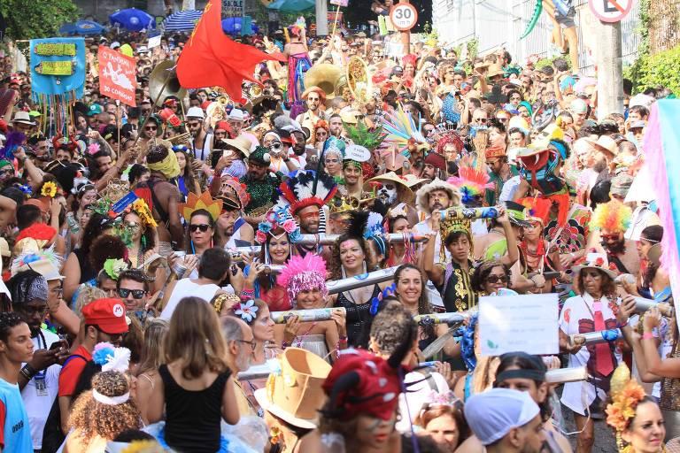 Foliões durante desfile do bloco Céu na Terra, em Santa Teresa, no Rio de Janeiro (RJ), na manhã deste sábado (23)