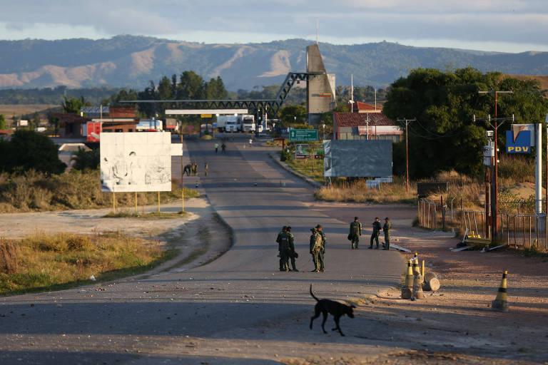 Soldados venezuelanos na fronteira entre Brasil e Venezuela, que permanece fechada