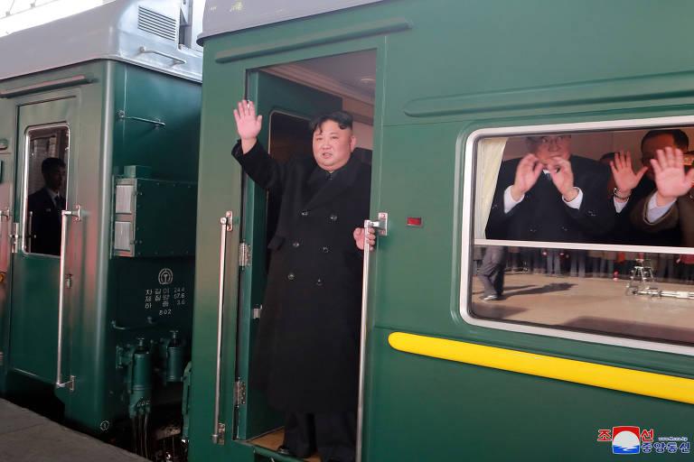 O ditador norte-coreano Kim Jong-un acena de um trem enquanto parte para o encontro com o presidente americano Donald Trump