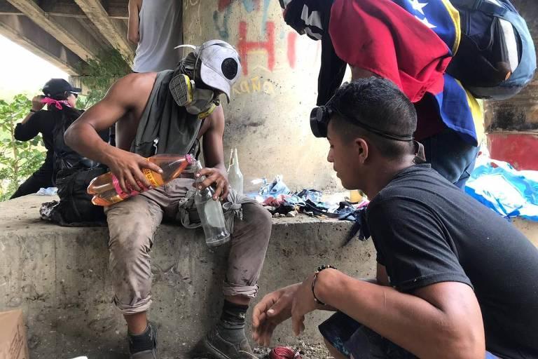 Venezuelanos preparam coquetéis molotov na fronteira com a Colômbia