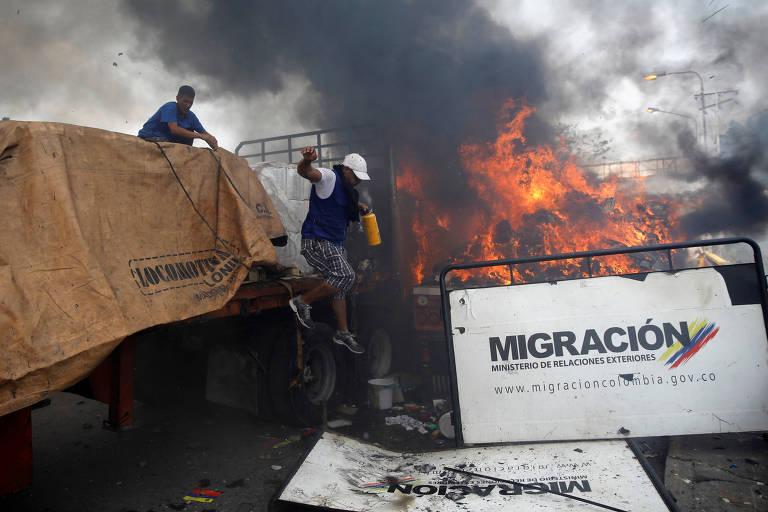 Violência na fronteira da Venezuela com a Colômbia, quando caminhões tentavam fazer entrega de ajuda humanitária