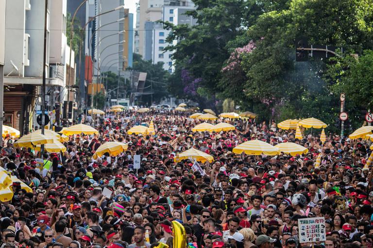 Desfile de comemoração dos 10 anos do bloco Acadêmicos do Baixo Augusta, na rua da Consolação em São Paulo