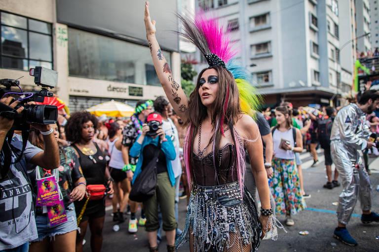 A atriz Alessandra Negrini, durante desfile de comemoração dos 10 anos do bloco Acadêmicos do Baixo Augusta, na rua da Consolação em São Paulo