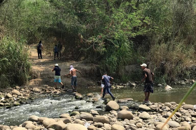 Venezuelanos lutaram com militares na fronteira no fim de semana