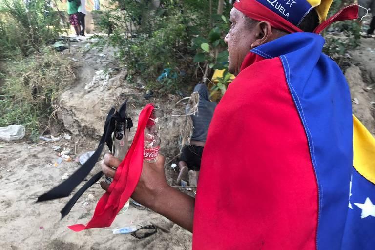 Venezuelanos lutam contra militares na fronteira