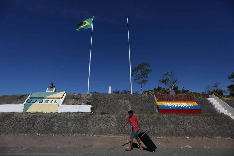 Homem anda na fronteira do Brasil com a Venezuela na cidade de Pacaraima, Roraima