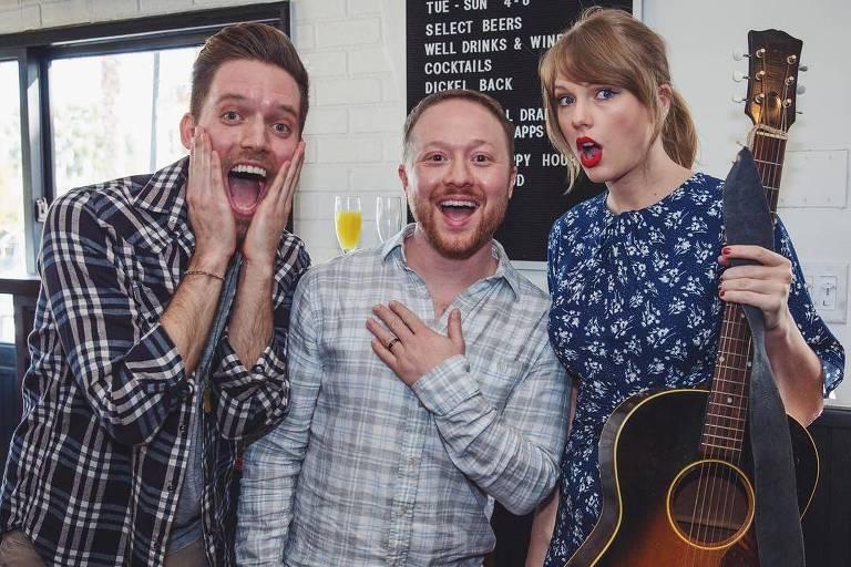 Taylor Swift na festa de noivado de dois fãs