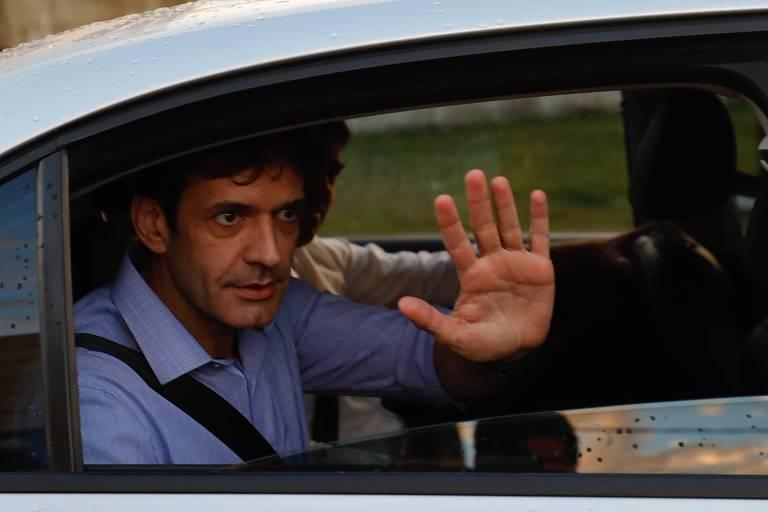 O ministro do Turismo, Marcelo Álvaro Antônio, acena a jornalista ao deixar a Fábrica do Samba, em São Paulo
