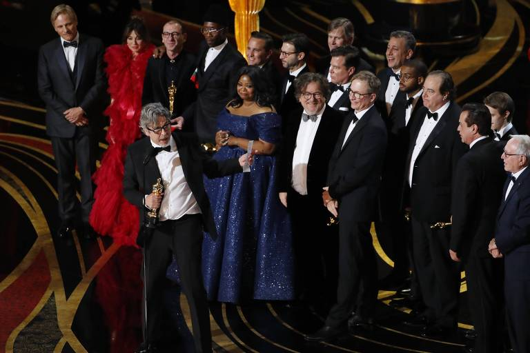 O diretor Peter Farrelly segura o Oscar de melhor filme para 'Green Book'