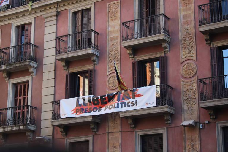Em Barcelona, faixa pede a liberação de políticos presos após plebiscito pela emancipação da Catalunha