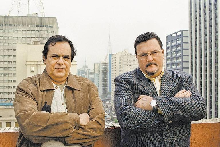 Ao lado do comentarista Chico Lang, Roberto Avallone (à esquerda) posa para foto na avenida Paulista