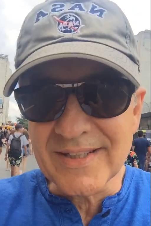 Carlos Tramontina brinca com erro das 'seis e  ônibus' em bloco de Carnaval de São Paulo