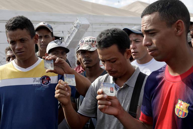 Sargentos da Guarda Nacional da Venezuela, Jean Carlos César Parra (E), Carlos Eduardo Zapata (C) e Jorge Luis González Romero (D), que desertaram em Pacaraima