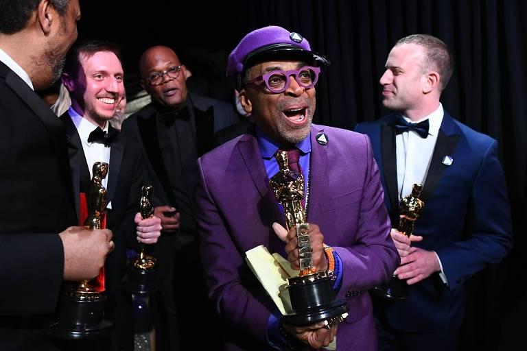O diretor Spike Lee nos bastidores do Oscar, com sua estatueta de melhor roteiro adaptado