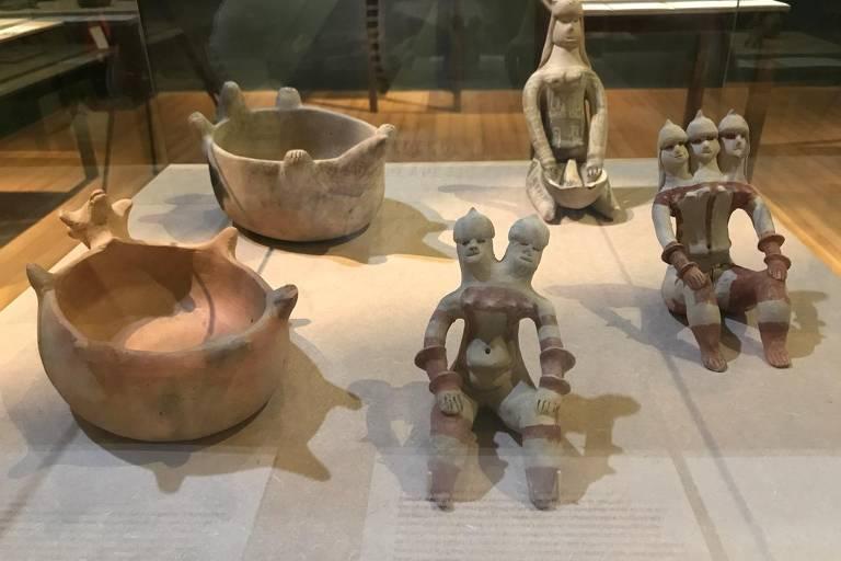 À esquerda, panelas de cerâmica dos Waujá, habitantes do Parque Indígena do Xingu; à direita, bonecas de cerâmica do povo Karajá (Goiás), patrimônio cultural do Brasil