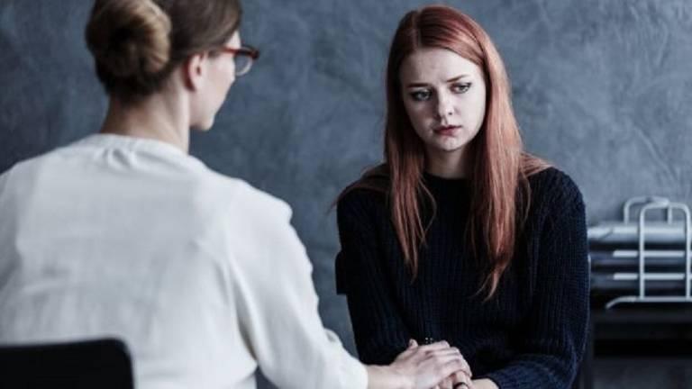 Mulher triste triste durante conversa