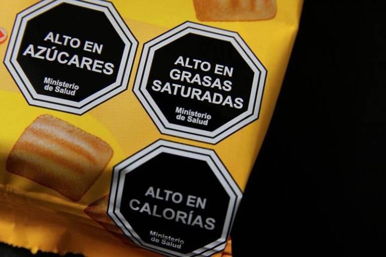 Selos de alerta usados em pacotes de produtos processados no Chile