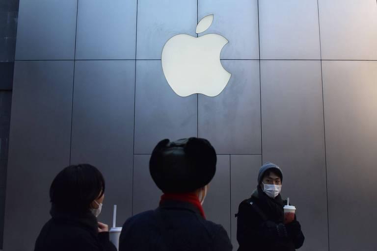 Pessoas em frente a uma loja da Apple em Pequim, na China; companhia tenta reverter a desaceleração da venda de iPhones em um dos maiores mercados do mundo
