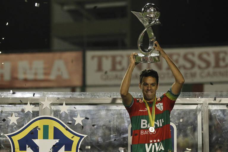Marco Antonio, da Portuguesa, ergue a taça de campeão da Serie B em 2011, que foi penhorada
