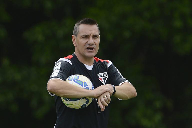 Os técnicos do São Paulo com Leco